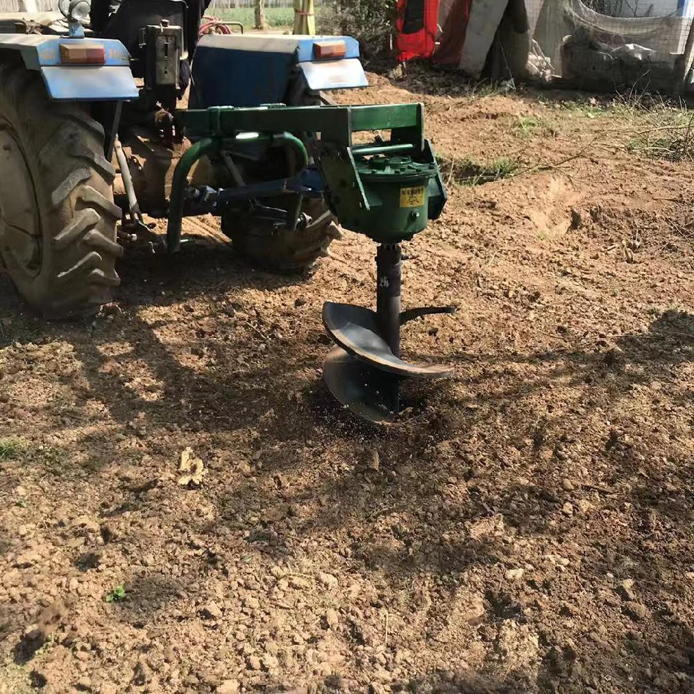 拖(tuo)拉機挖坑機在土地打洞(dong)業彰顯實力